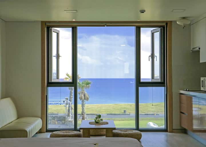 Family Suite with Sea View - Two King Beds
