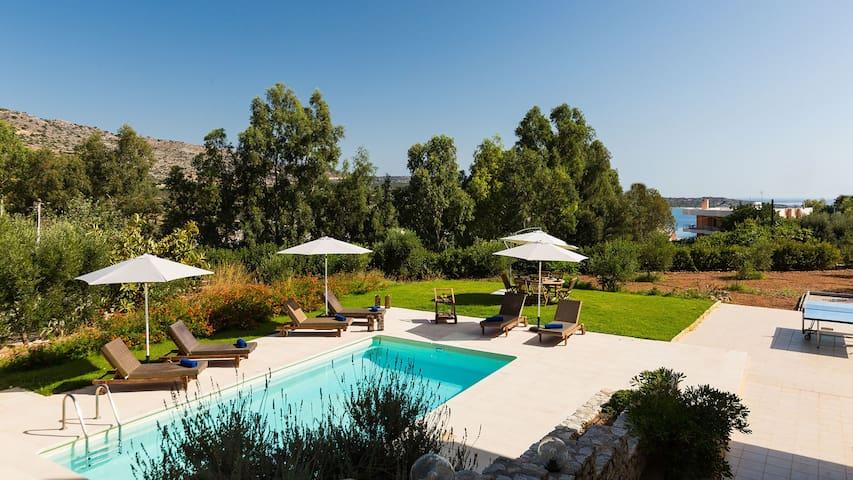 Villa with sea views 150m from Loutraki beach