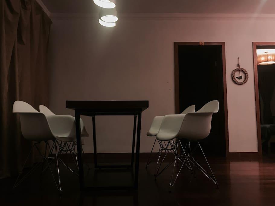 右侧亮灯的门就是我卧室的位置