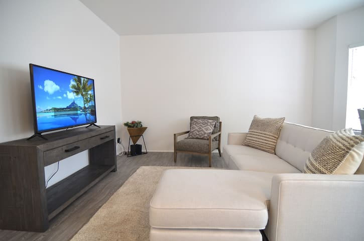Spacious 1 bed apt on muscle beach walk to pier