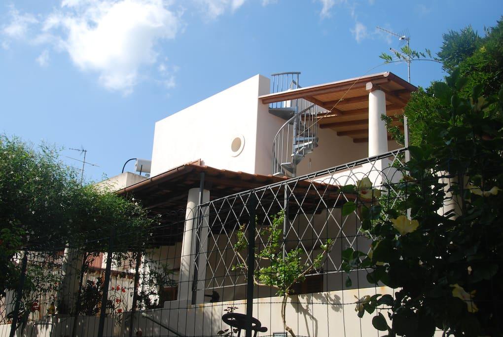 La casa è a primo piano di una villa in stile architettonico tipico eoliano. L'ingresso è indipendente.