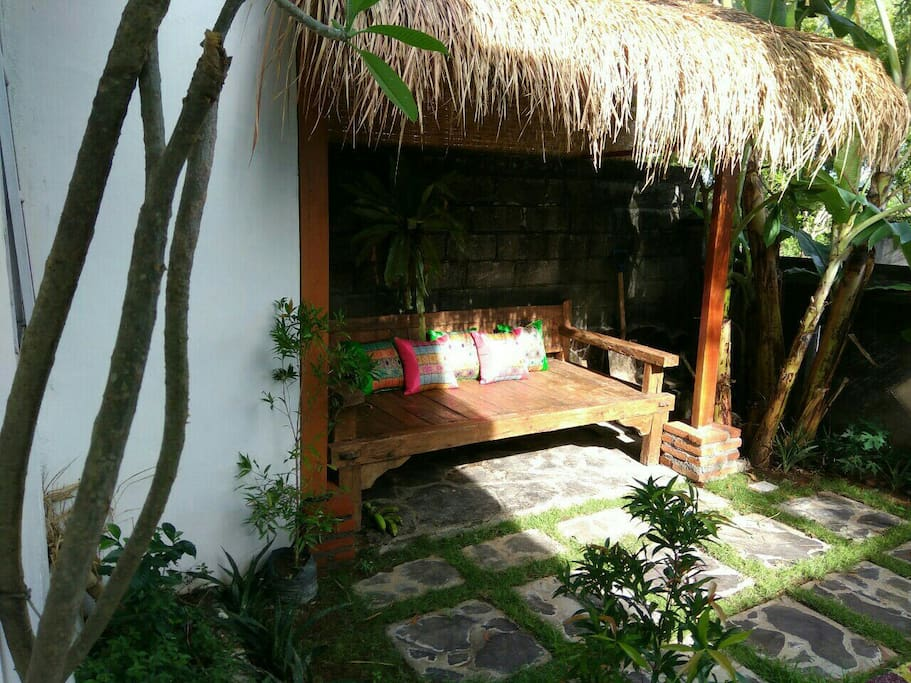 "cozy garden with teak wood ""bale-bale""/daybed"