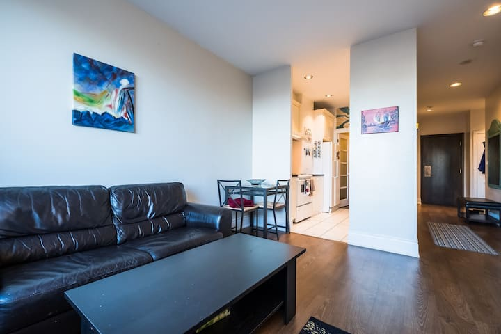 Fully furnished, spacious apt- heart of Yorkville!