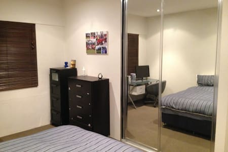 Large bedroom in very convenient location - Daire
