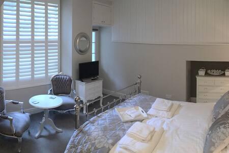 Basement apartment in Georgian Home - Bath