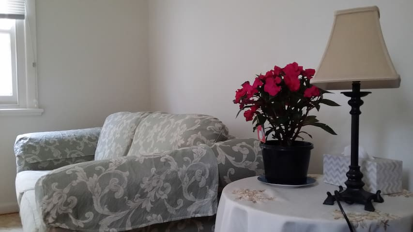 Self contained Bungalow, 20min's from City Center!