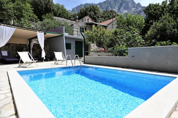 Holiday house in stone with heated pool