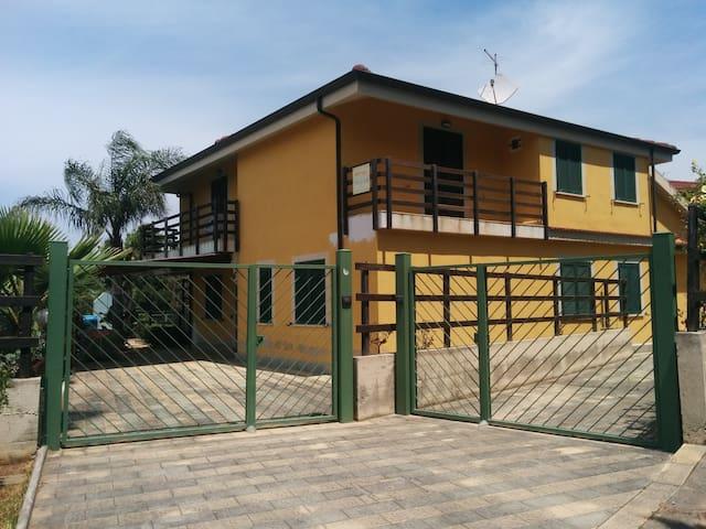Casa Vacanze Guzzi,soggiorno di relax&divertimento - Maiolino - บ้าน