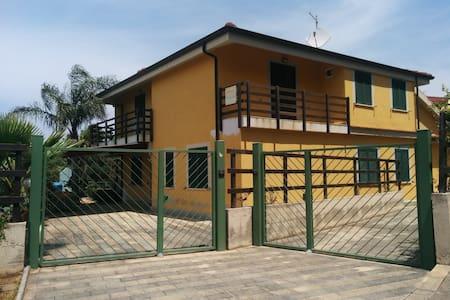 Casa Vacanze Guzzi,soggiorno di relax&divertimento - Maiolino - Huis