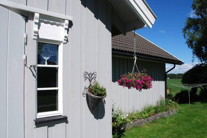 Koselig hus på bondegård  - landlig og sentralt