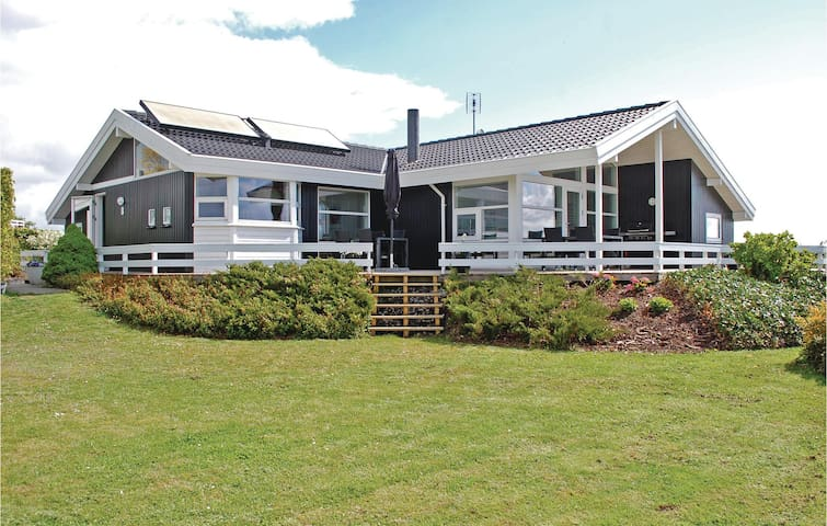 Holiday cottage with 4 bedrooms on 132m² in Rønde