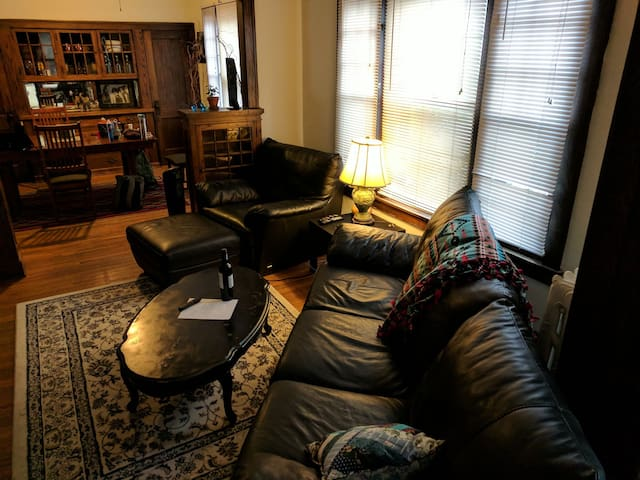 Spacious 1 BR in the heart of Uptown, Minneapolis.