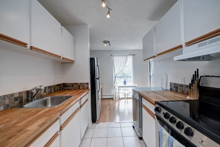Awesome 1 bedroom condo, Close to everything! - Calgary - Appartement