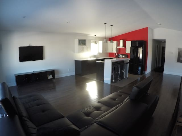 Modern 3 bedroom house - Near airport - Moncton - Rumah