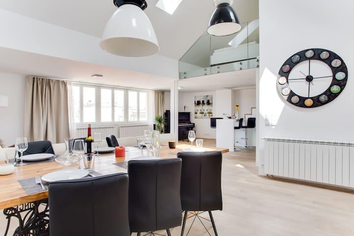 Spacious, Luxury Top-Floor Loft Apartment @Center