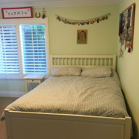 Spacious Queen Bed + Near UCI