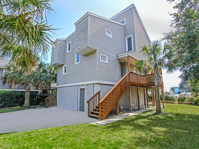 Beach Vacation Perfection! Beautiful Cozy Home Just A 3 Minute Walk To The Beach!