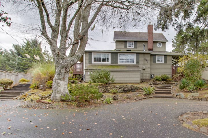 Dog-friendly house with private hot tub, wraparound deck, beautiful kitchen