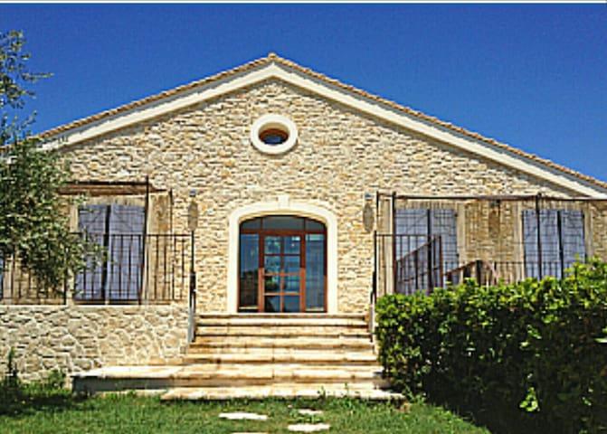 Très belle maison de caractère - Vinassan - Hus