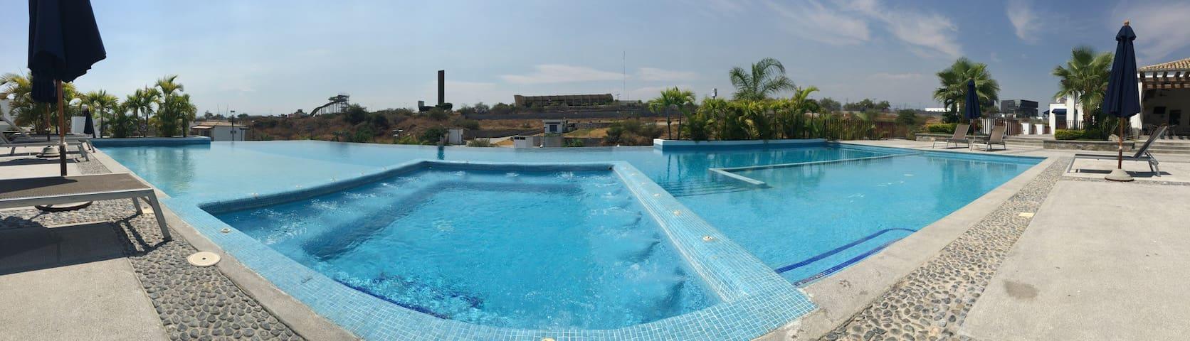 Casa fin de semana ALBERCA CANCHAS GYM SEGURIDAD - Cuernavaca - Huis