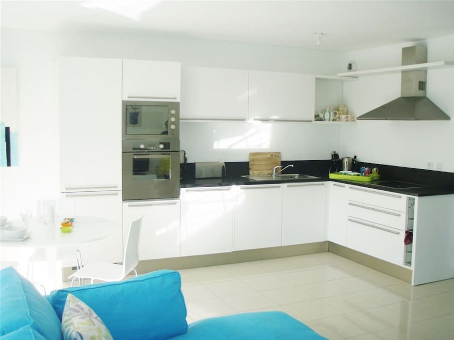 Modern kitchen with dishwasher and washer