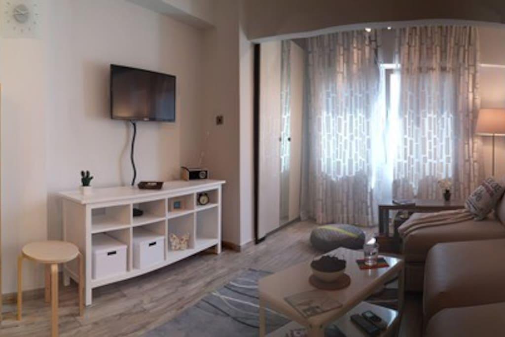 Главная комната, с потолочным вентилятором и новым кондиционером тепло/холод, новые стеклопакеты