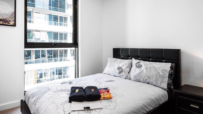 Modern City Living *Views/Netflix/Crown/CBD*