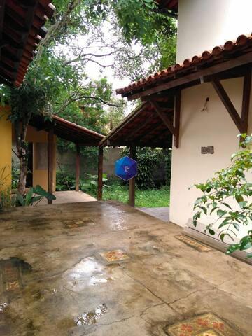 Casa pequena com quintal grande