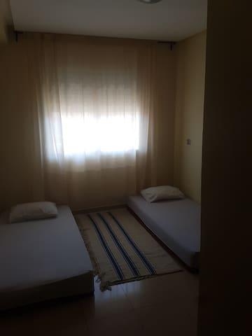 Chambre avec deux lits une place
