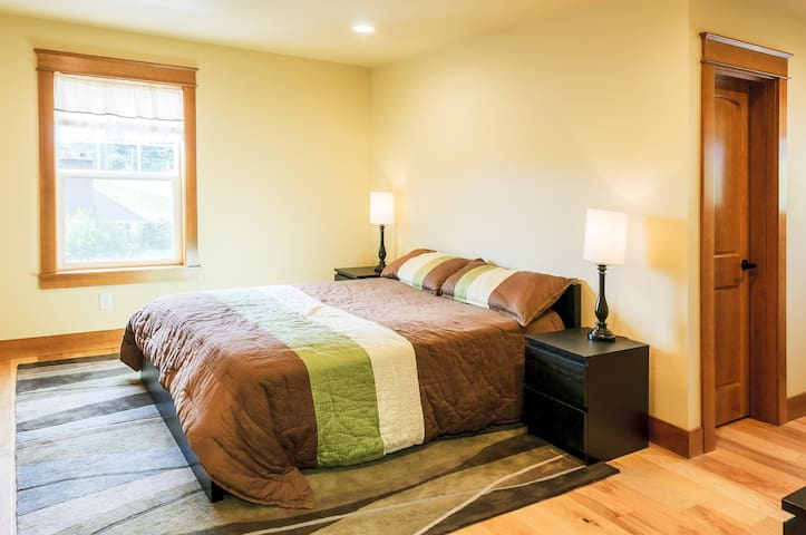 The Queen bed  room - Ferndale - House
