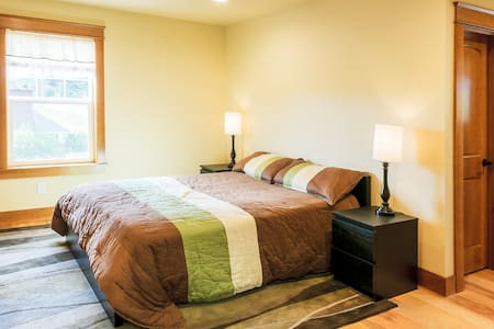 The Queen bed  room - Ferndale - Ev
