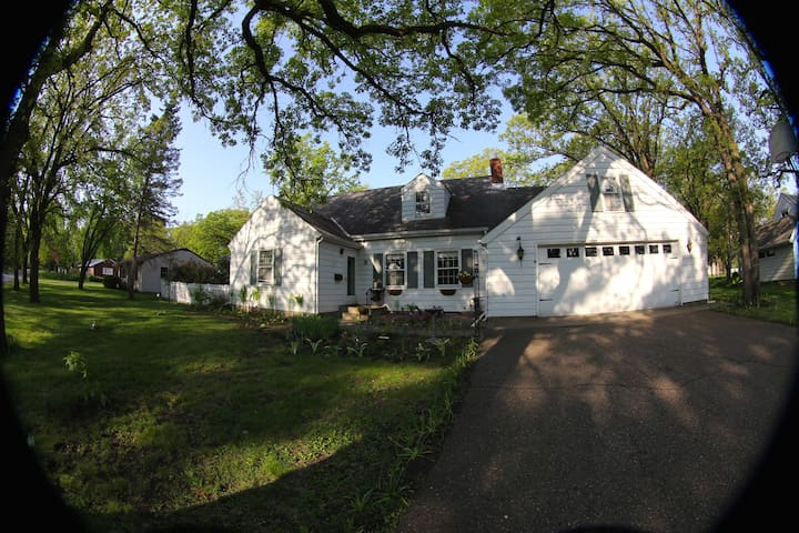 Lovely CapeCod style home with GORG garden space - Saint Cloud - House