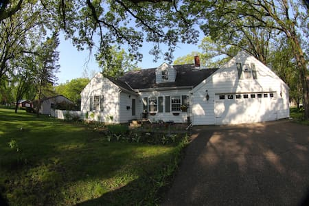 Lovely CapeCod style home with GORG garden space - Saint Cloud