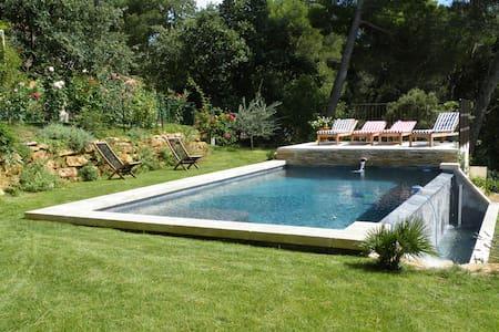 Villa bastide avec piscine chauffée à débordement - Connaux