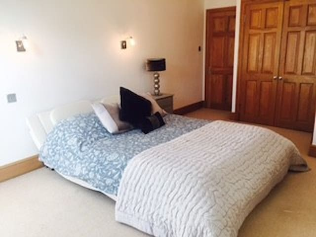 Double ensuite bedroom in lovely home in Esher