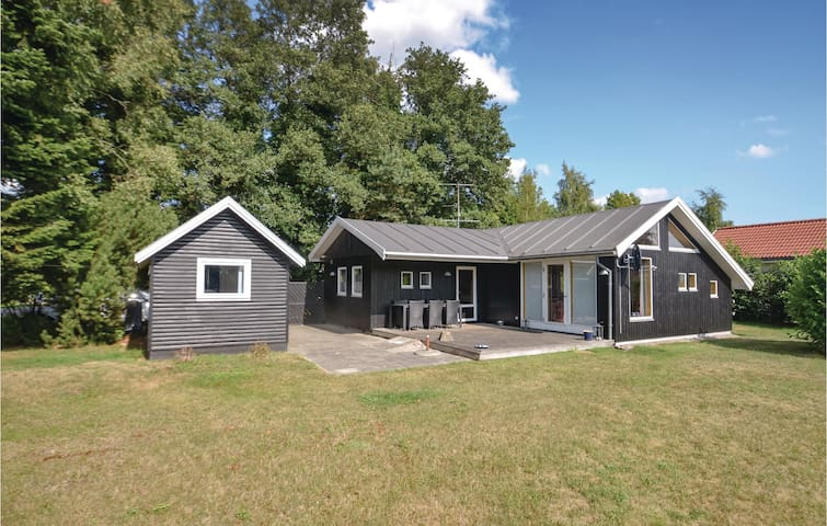 Holiday cottage with 2 bedrooms on 65m² in Væggerløse