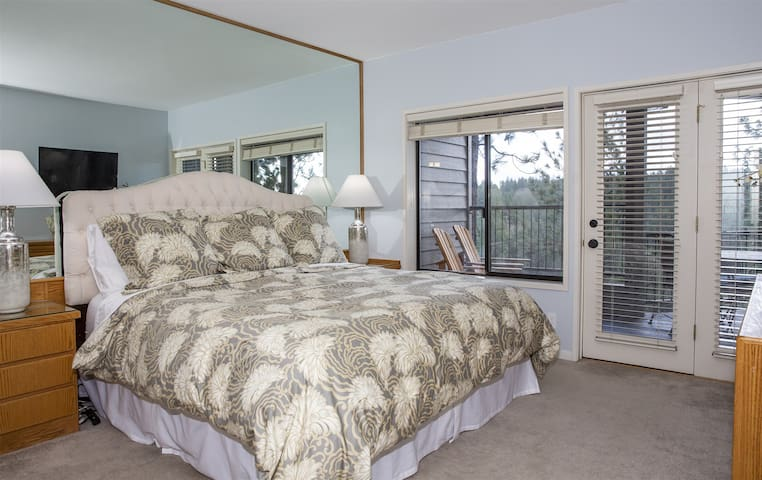 Beautiful master king suite with private bath, panoramic river views, sleeps 6