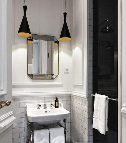 Vista del baño desde el interior.  ______ View of the bathroom from the inside.