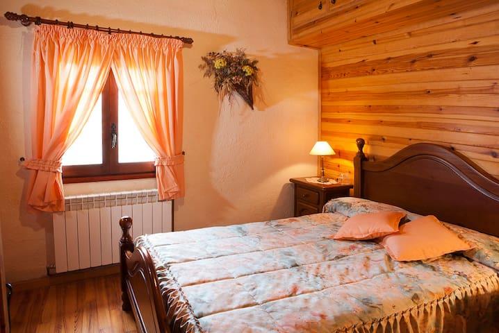 Habitación en grande y peculiar casa en la montaña - El Bosquet - Casa