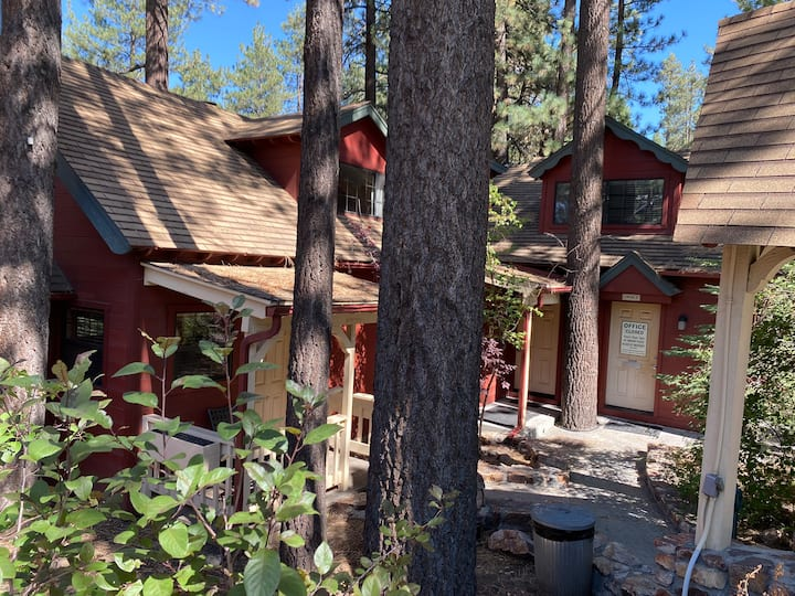 2 Bedroom 2 Bath Lodge with Full Kitchen- Sleeps 8