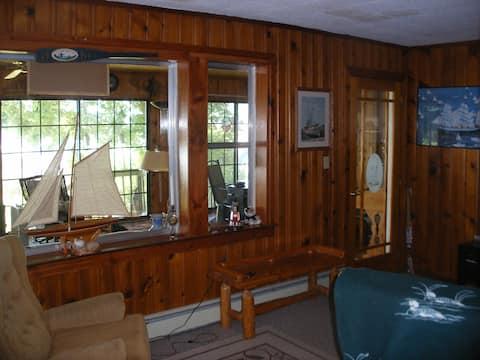 Lakefront nostalgic Cottage near 18 hole Golf Club