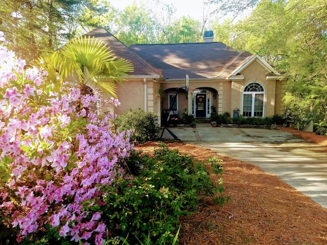 Master's rental - cheery 4 BR contemporary home
