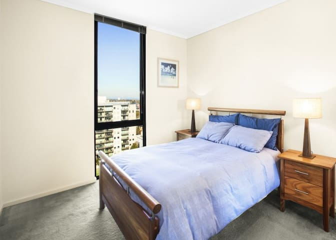 Location! Location! Location! Stylish apt near CBD