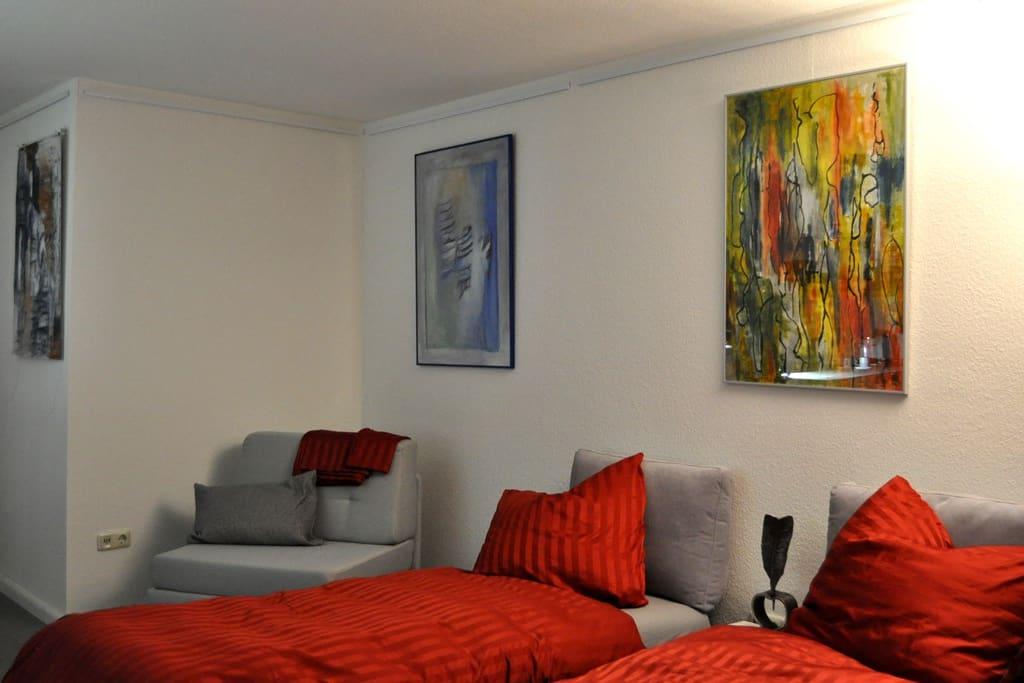 Zentrales Studio umgeben von moderner Kunst – Central studio appartement surrounded by modern art.