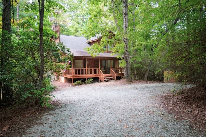 Robin`s Nest - NOT PET FRIENDLY-  Private Cozy Romantic Cabin, Totally Secluded with Screened in back porch area. Minutes from Helen!
