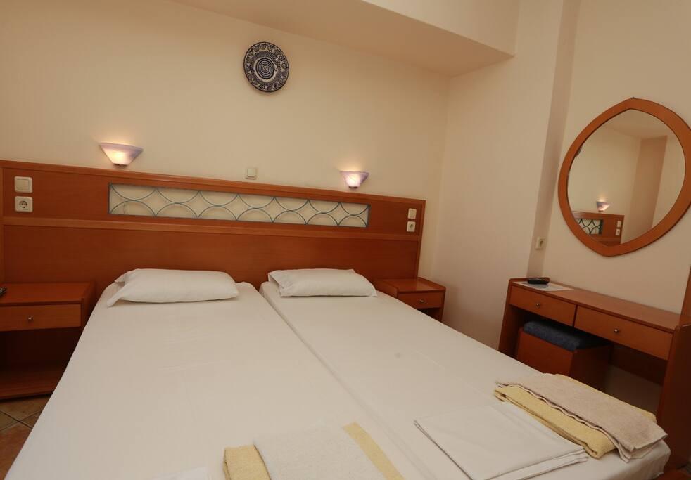 Κρεβατοκάμαρα με 2 μονά κρεβάτια