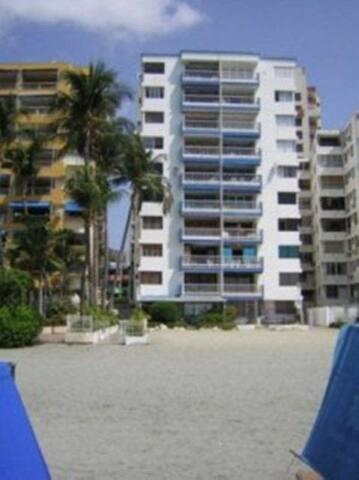 Apartamento Rodadero en edificio frente al mar