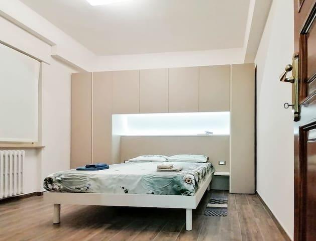 Camera da letto spaziosa e arredata con cura
