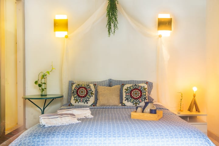 Exquisite& Romantic private room in historic house