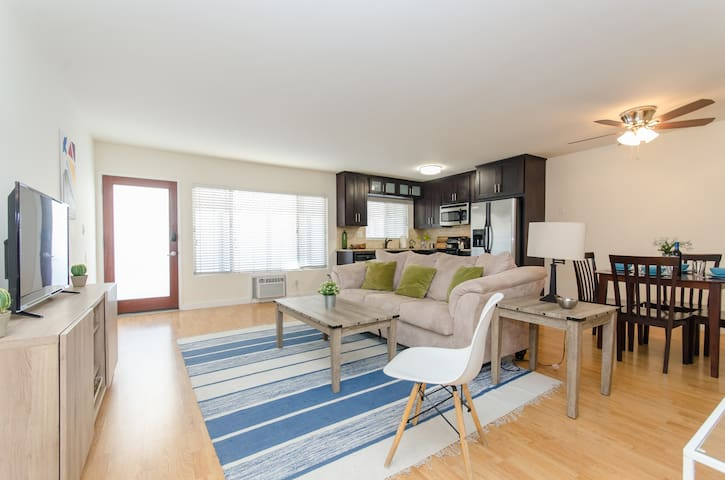 Clean 2 Bed in Center of Hollywood + with Parking!